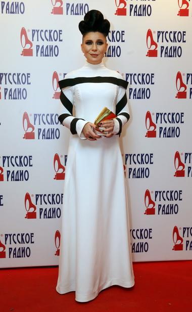 Елка в платье белого цвета.