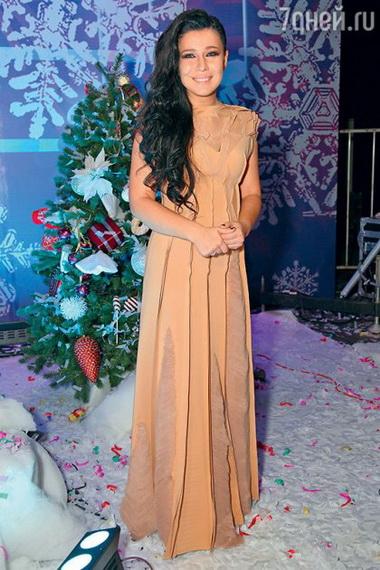 Елка в платье кремового цвета.