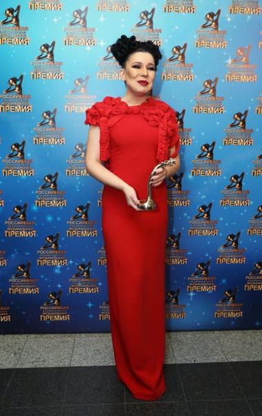 Елка в платье красного цвета.