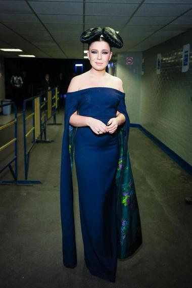 Елка в платье синего цвета.