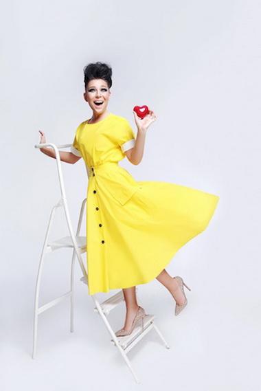 Елка в платье желтого цвета.