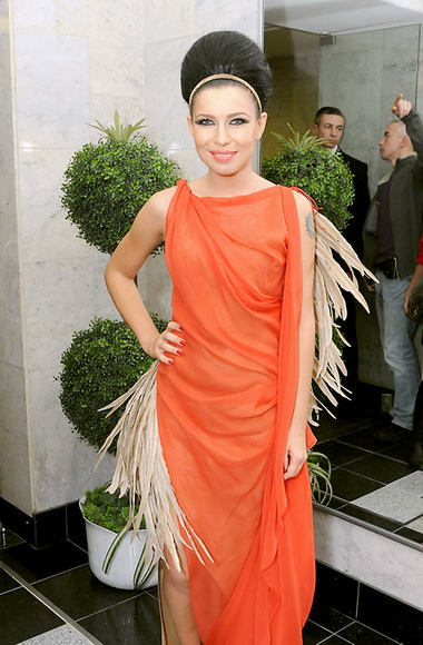 Елка в платье персикового цвета.