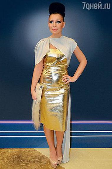 Елка в платье золотого цвета.
